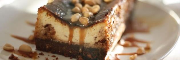 Snickers-Käsekuchen mit extra Erdnüssen und Karamellsoße – noch Fragen?